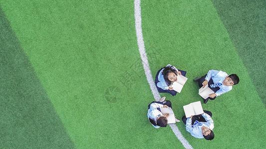 青少年在操场图片