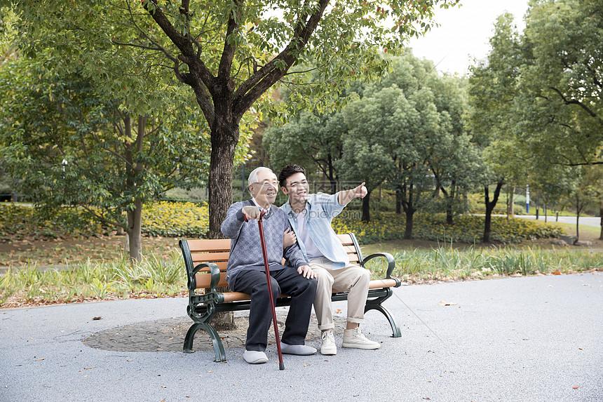 敬老公园陪伴老人图片