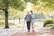 敬老陪伴老人散步图片