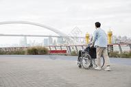 敬老江边散步图片