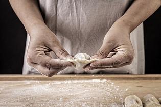 冬至包饺子图片