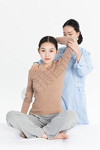 美女养生肩膀按摩图片