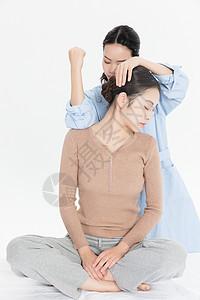 美女养生肩部按摩图片