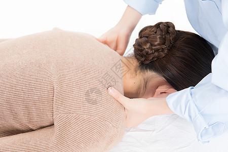 美女做spa按摩肩膀图片