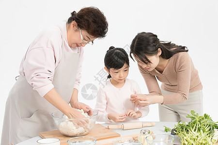 过年一家人包饺子图片