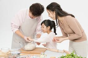 一家人包饺子图片
