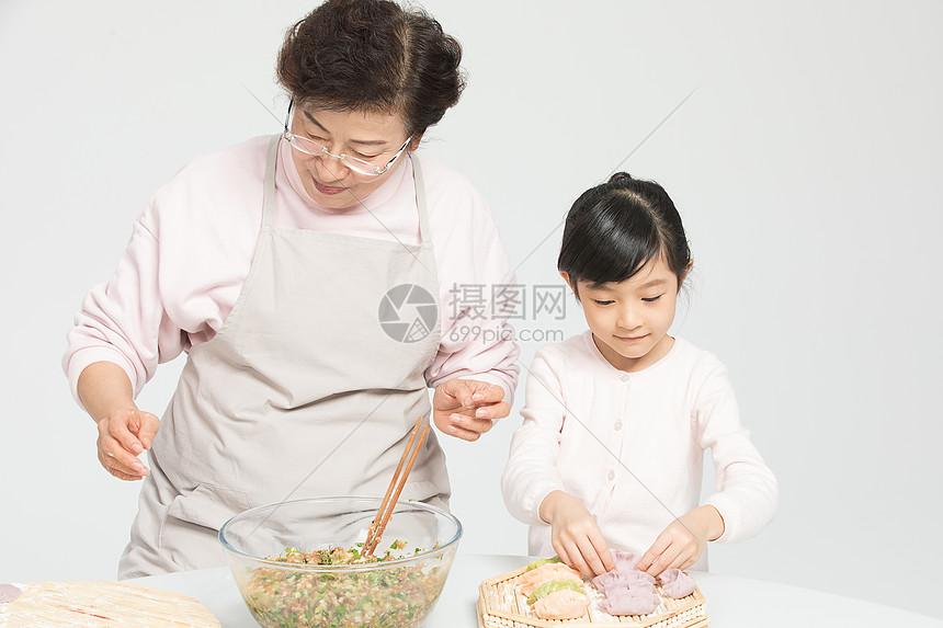 奶奶教孙女包饺子图片