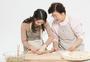 一家人一起包饺子图片