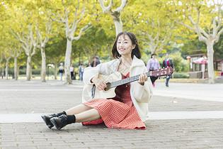 文艺女性弹吉他图片