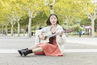 文艺女性弹吉他501107493图片