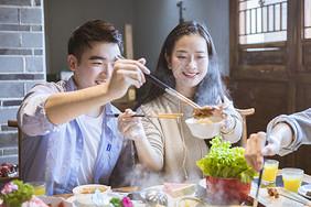 火锅店情侣夹菜图片