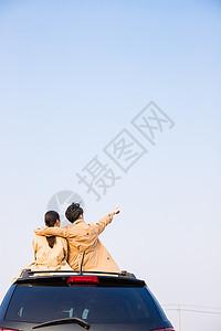 人车生活车顶幸福情侣图片