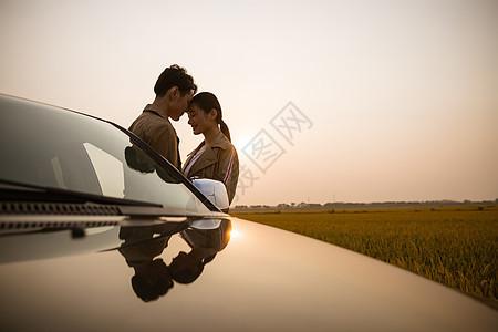 人车生活黄昏下亲密情侣图片