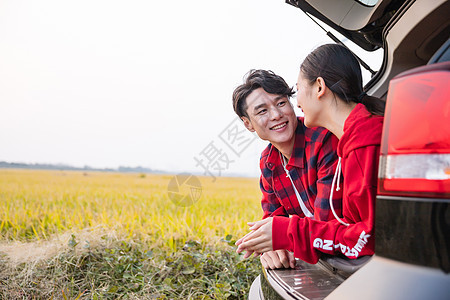 人车生活后备箱温馨情侣图片