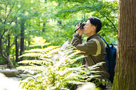 远足男性拍照图片