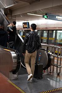 车站乘电梯图片