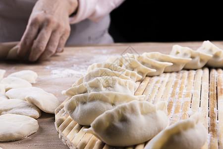 擀饺子皮图片