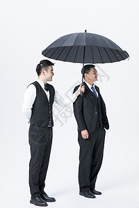 男性服务员服务打伞图片