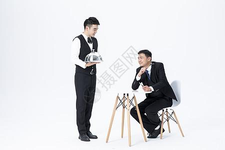 男性服务员上菜图片