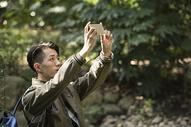 户外青年远足手机拍照图片