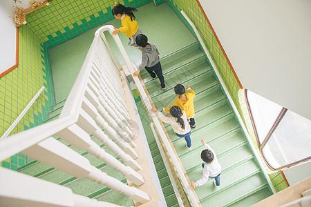 幼儿园儿童排队上楼梯图片