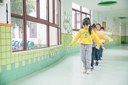 幼儿园小朋友课间玩耍图片