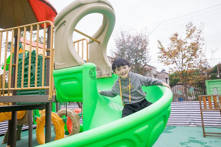 幼儿玩滑滑梯_幼儿园儿童玩耍滑滑梯高清图片下载-正版图片501111432-摄图网