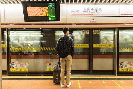 等地铁的人图片