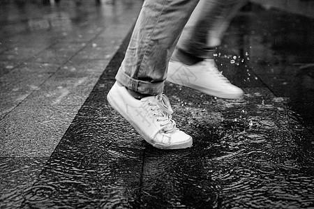 雨中赶路的男性图片