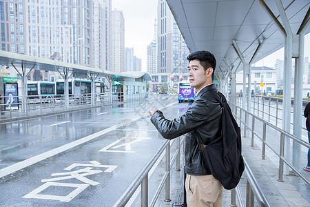 男性车站等车图片