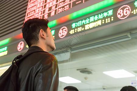 男子车站等车图片