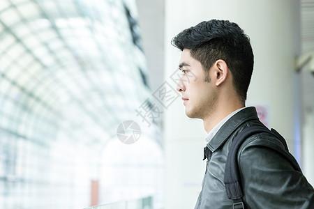 男性在候车室等车图片