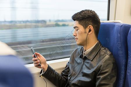 男性车厢内玩手机图片