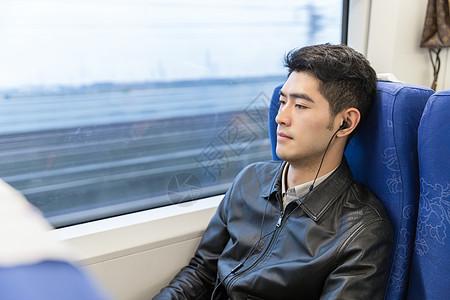 男性在高铁上听音乐图片