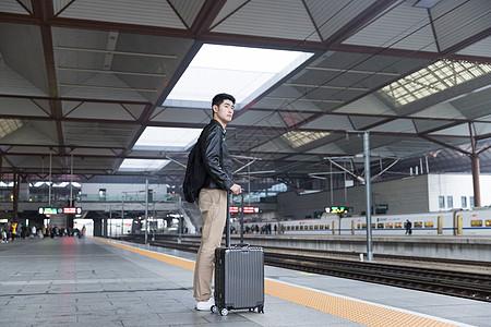 男性高铁等车图片