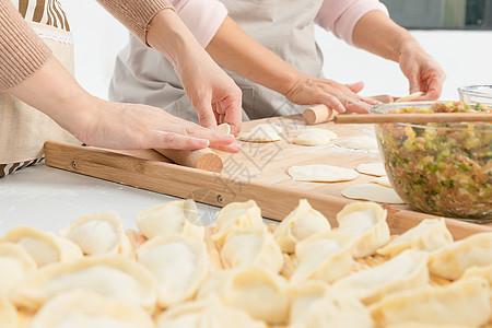 揪剂子擀皮包饺子图片