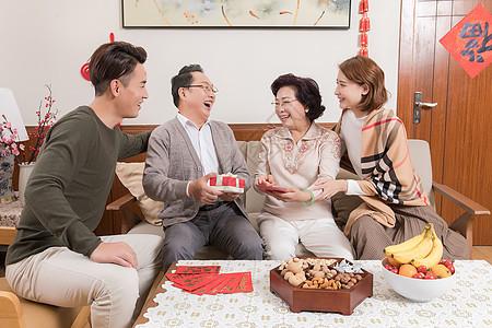 过年一家人团聚图片