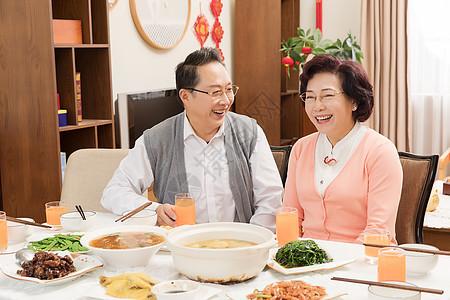 春节金婚夫妻吃团圆饭图片