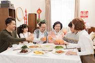 过年一家人吃团圆饭图片
