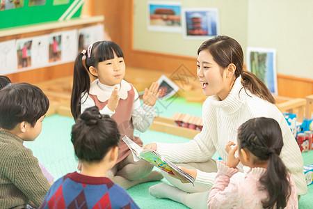 幼儿园孩子听老师讲课图片