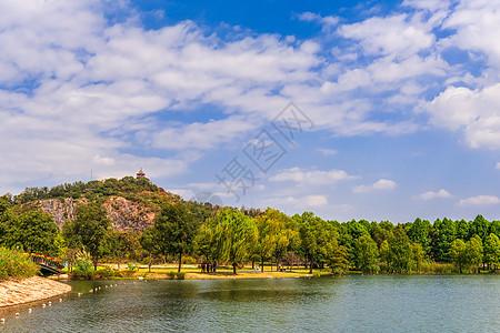 蓝天白云下的湖光山色图片