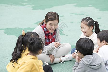幼儿园老师户外讲故事图片