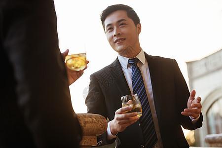 商务男士商谈品酒图片