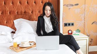 酒店客房商务女性办公图片