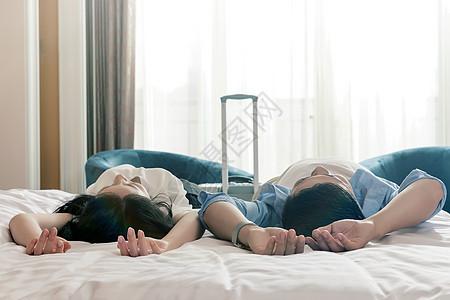 酒店客房中旅游情侣图片