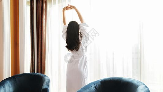 酒店客房伸懒腰的美女图片