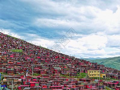 川西雨季的绛色之城色达侧影图片