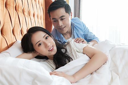 酒店客房中的情侣图片