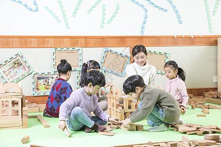 幼儿园老师带小朋友玩积木图片