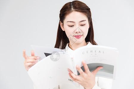 女性阅读书本图片